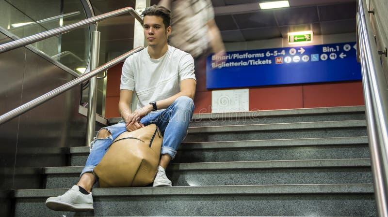 英俊的年轻人坐台阶 库存图片