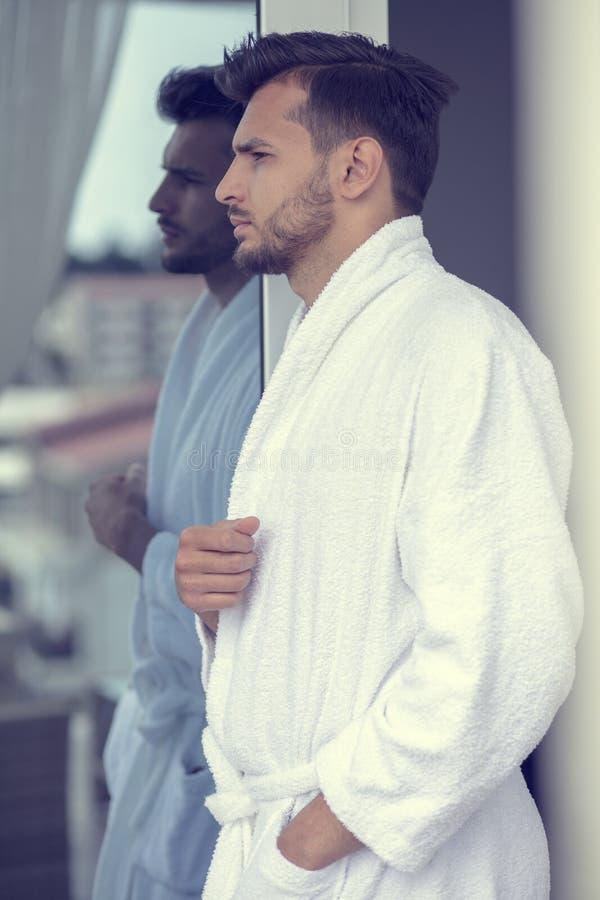 英俊的年轻人早晨画象浴巾的 免版税库存图片