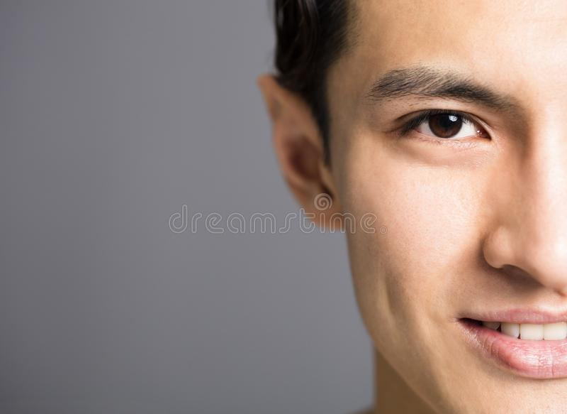英俊的年轻人的半面孔 免版税库存照片