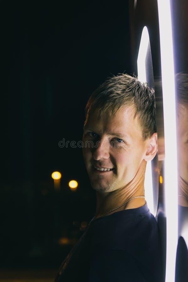 英俊的年轻人身分画象在霓虹灯附近的 免版税库存图片