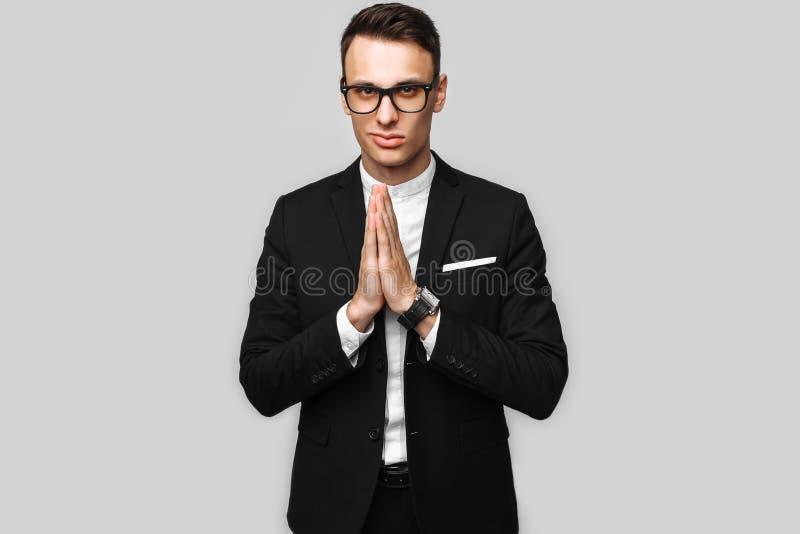 英俊的年轻商人;男性;在一套经典黑衣服;展示 免版税库存照片