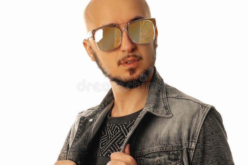 英俊的年轻未剃须的人水平的画象太阳镜的 免版税库存照片
