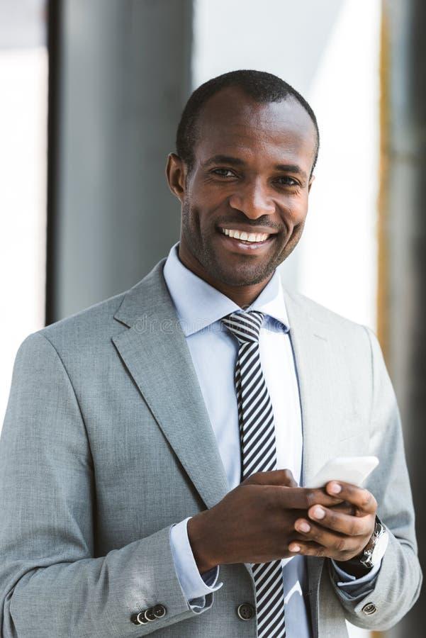 英俊的年轻非裔美国人的商人画象  免版税库存照片