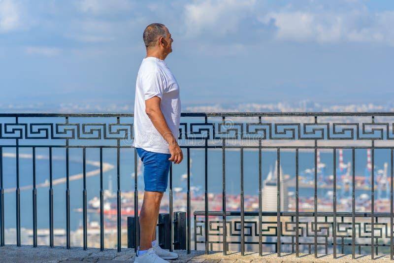 英俊的年迈的商人画象在度假在海附近的 免版税图库摄影