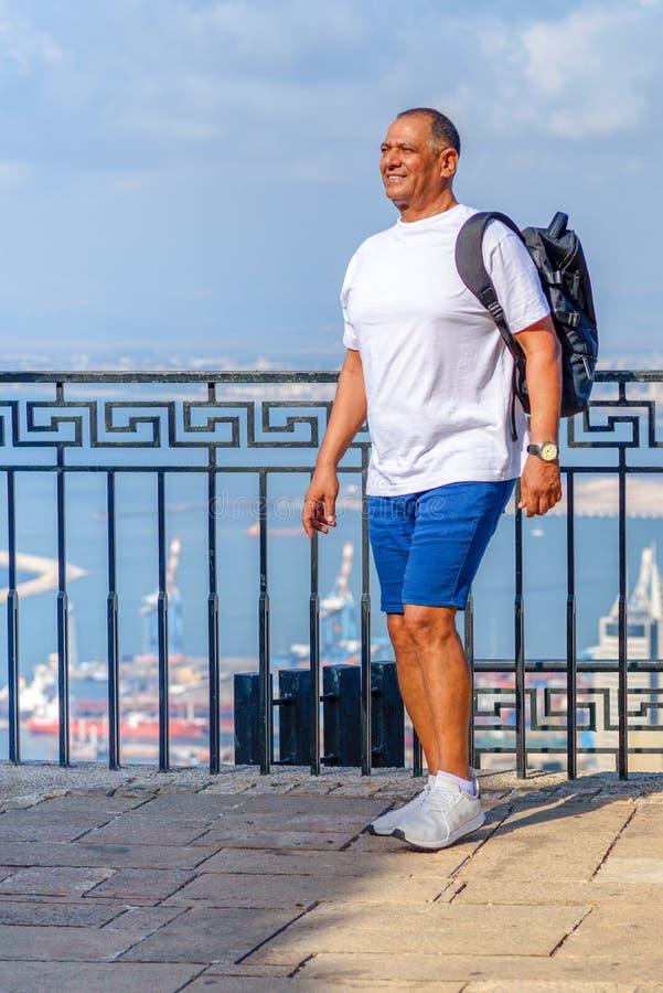 英俊的年迈的商人画象在度假在海附近的 免版税库存图片