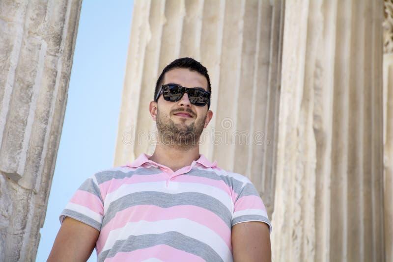 英俊的微笑的有胡子的人 免版税库存照片