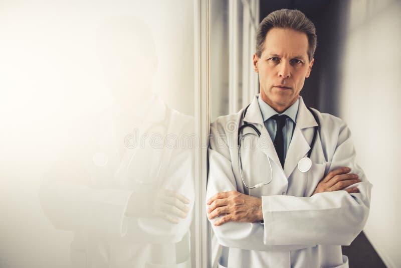英俊的成熟医生 库存图片
