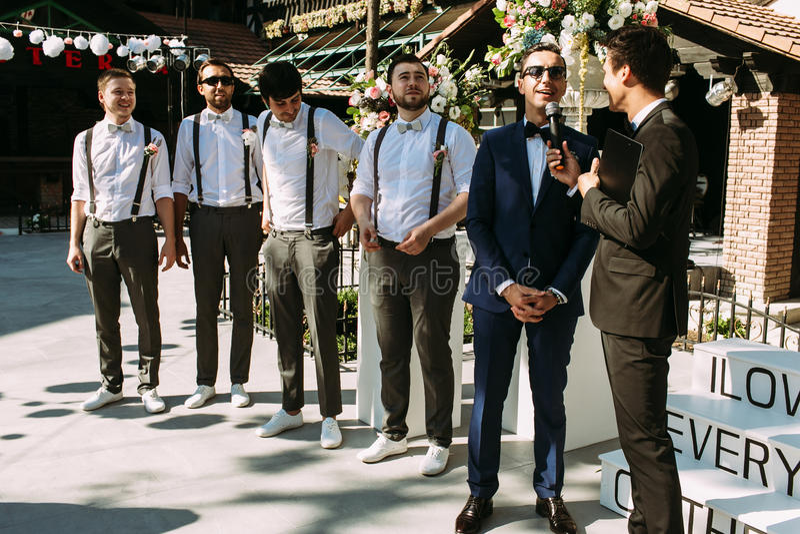 英俊的新郎和男傧相婚礼的 库存图片