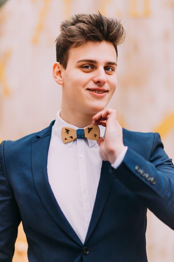 英俊的新郎画象蝶形领结的 免版税库存图片