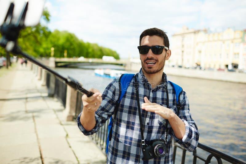 英俊的旅游采取的智能手机Selfie 免版税库存图片