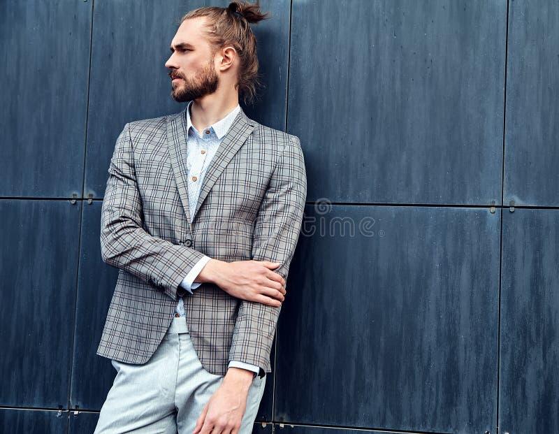 英俊的时装模特儿人在典雅的衣服穿戴了 免版税库存照片