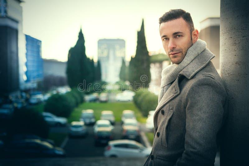 英俊的时髦人士在城市 冬天精神时尚 免版税库存图片