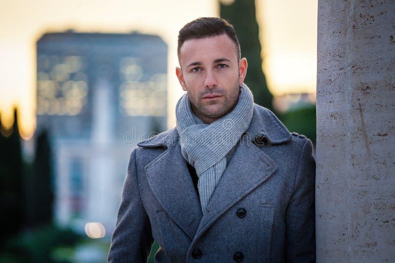 英俊的时髦人士在城市 冬天精神时尚 免版税库存照片