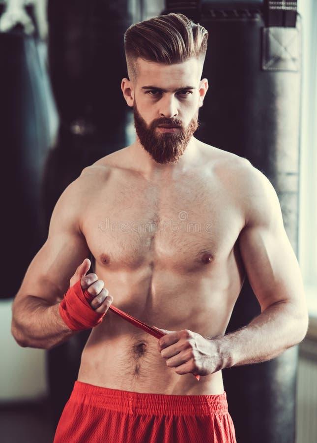 英俊的有胡子的拳击手 免版税库存图片