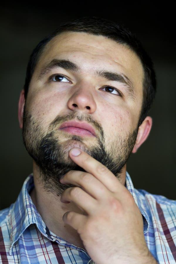 英俊的有胡子的确信的聪明的现代photog画象  免版税库存图片