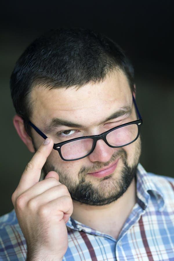英俊的有胡子的聪明的现代易上镜头的年轻人画象  图库摄影