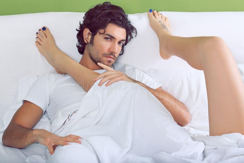 英俊的男人和妇女腿 免版税库存图片