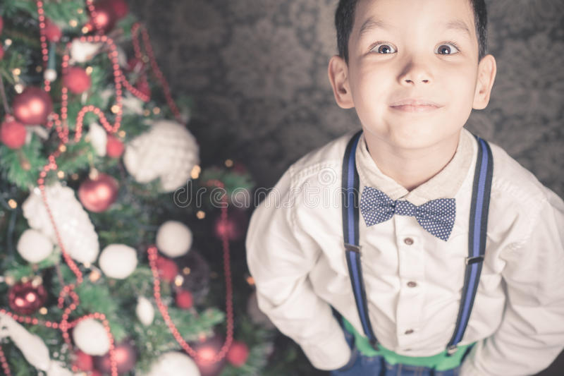 英俊的男孩穿着体面在圣诞节时间 免版税库存图片