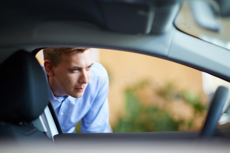 英俊的男性选择一辆新的汽车 成功和生活方式概念 免版税库存图片