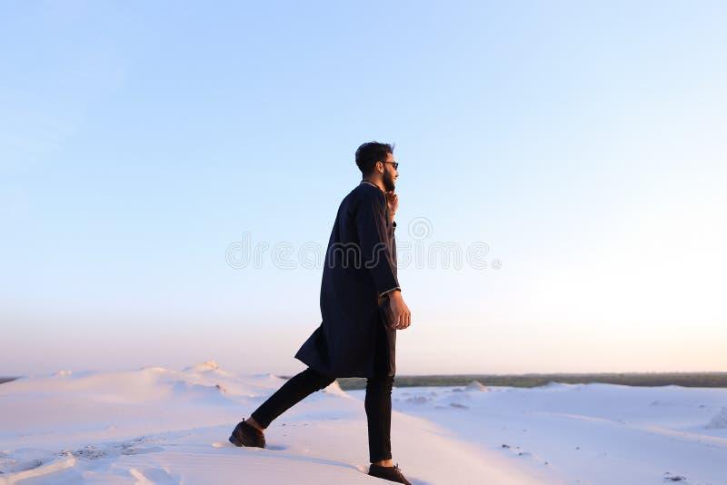 英俊的男性阿拉伯商人在赞成多孔的事务, s谈话 免版税图库摄影