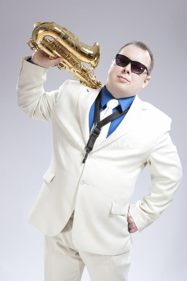 英俊的白种人萨克管演奏员画象有乐器的在肩膀 库存图片