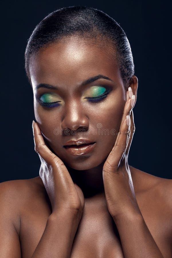 英俊的种族非洲女孩秀丽画象有闭合的眼睛的 库存照片