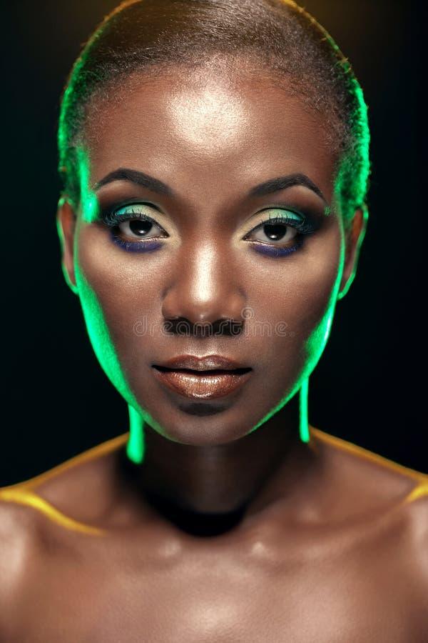 英俊的种族非洲女孩秀丽画象,黑暗的backgro的 库存照片