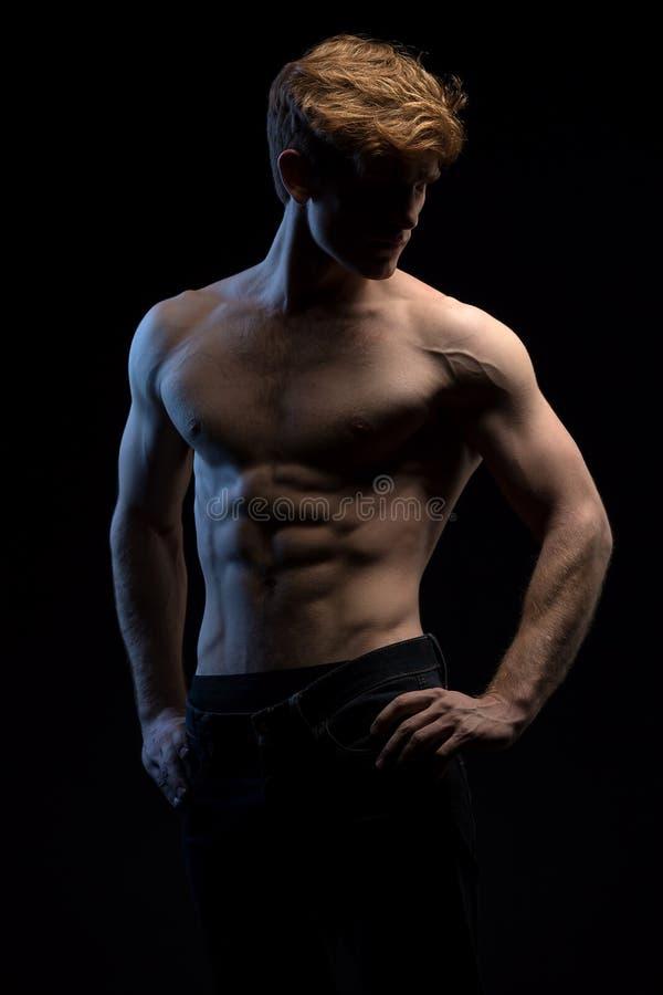 英俊的红发运动员画象露胸部在 库存图片