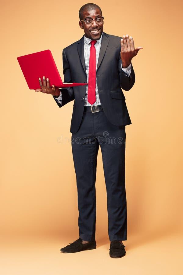 英俊的美国黑人的人开会和使用膝上型计算机 库存图片