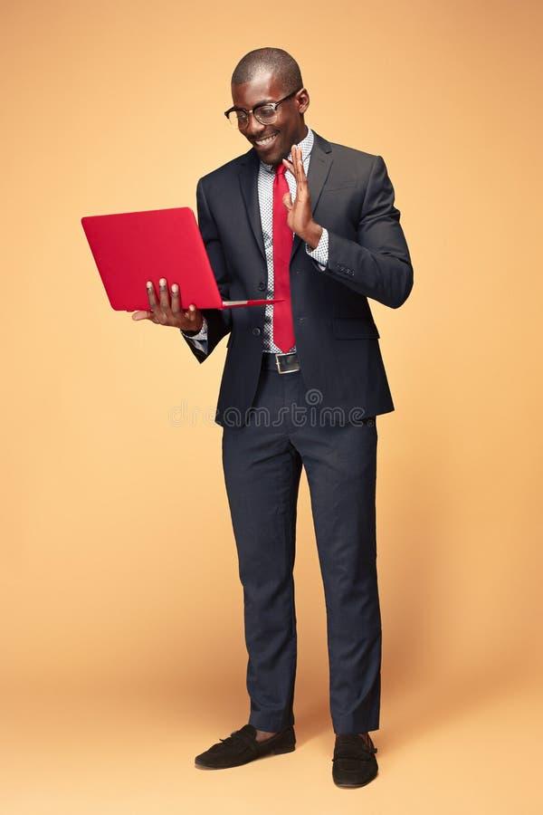 英俊的美国黑人的人开会和使用膝上型计算机 图库摄影