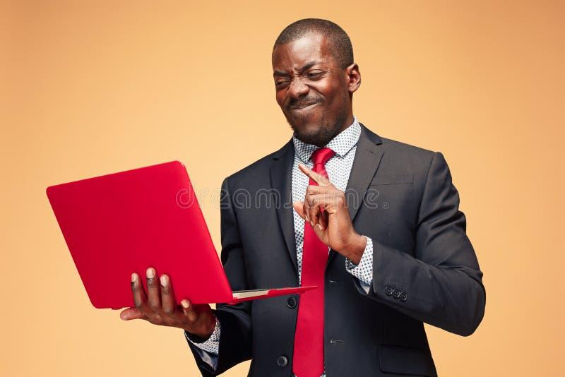 英俊的美国黑人的人开会和使用膝上型计算机 免版税库存照片
