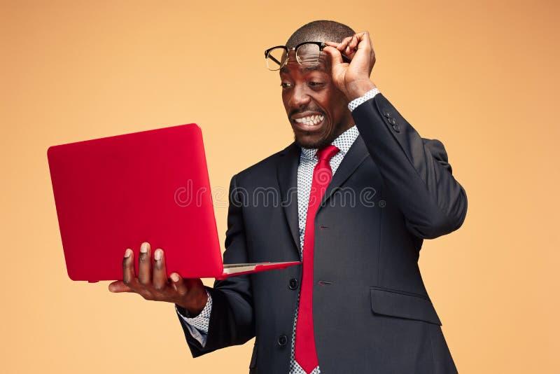 英俊的美国黑人的人开会和使用膝上型计算机 免版税库存图片