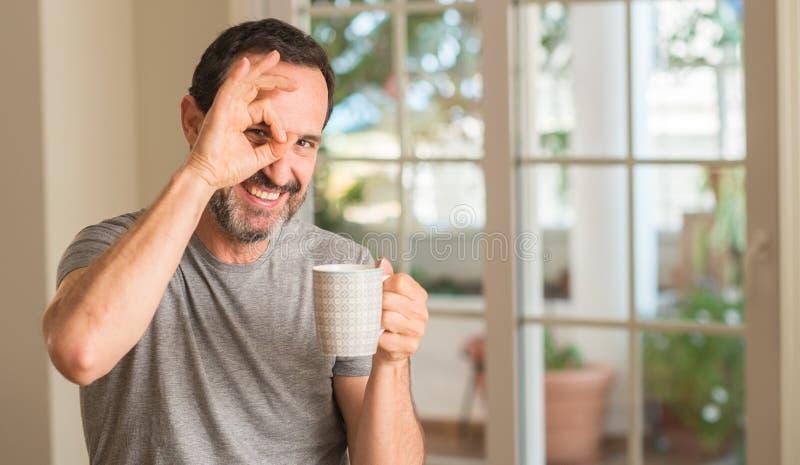 英俊的老人在家 免版税库存图片