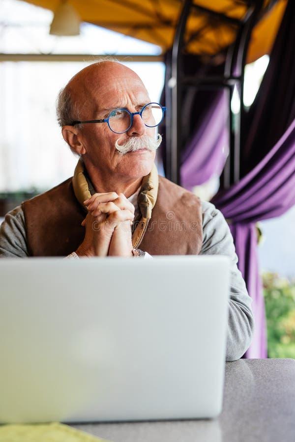 英俊的老人运作的咖啡店放松概念 免版税图库摄影