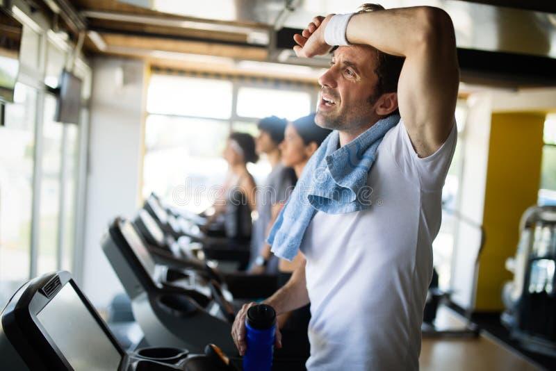 英俊的肌肉人生活方式画象在训练以后的在体育健身房 免版税库存图片