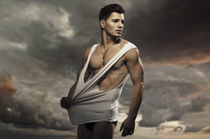 年轻英俊的肌肉人 免版税库存图片