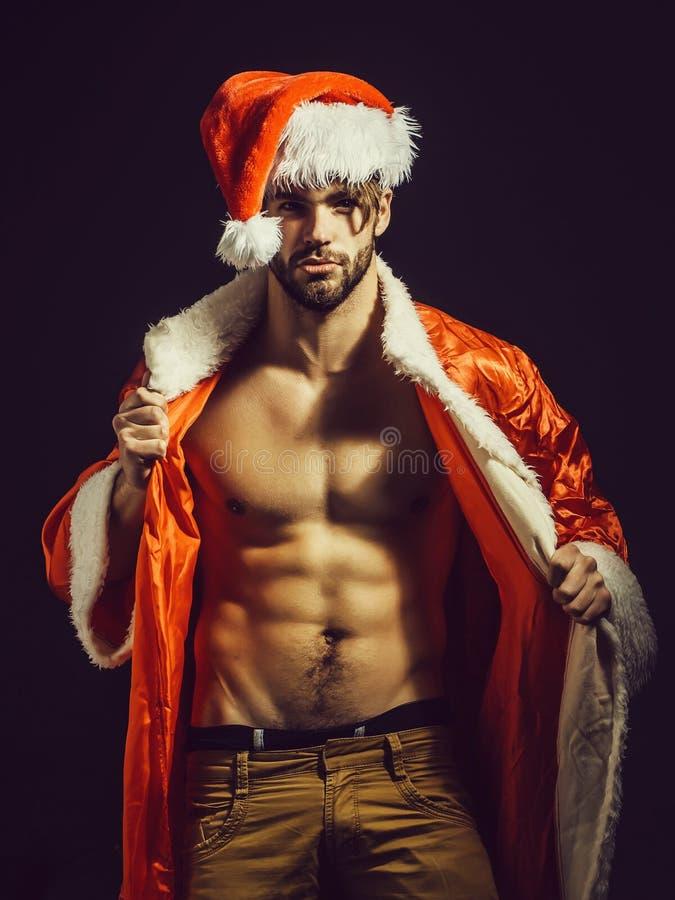 英俊的肌肉圣诞节圣诞老人人 免版税库存图片