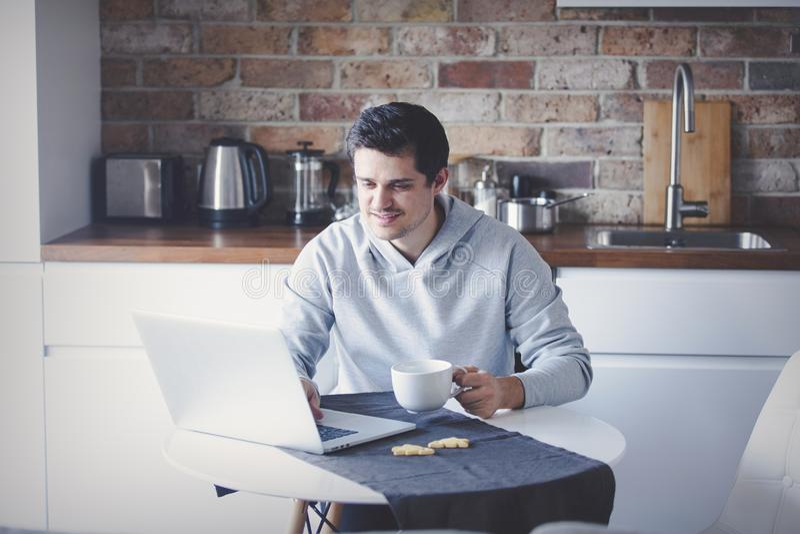 英俊的膝上型计算机人 免版税图库摄影