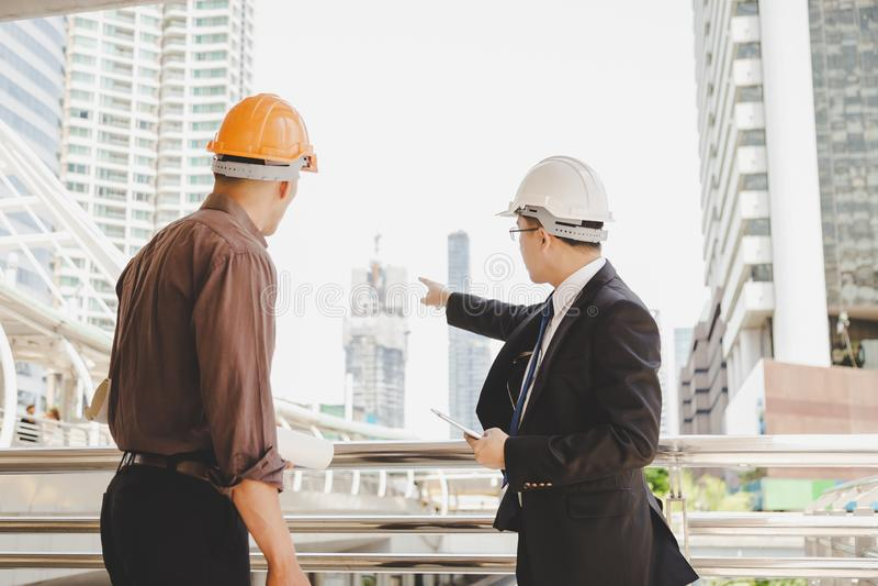 英俊的行政工程师指向手指建筑a 免版税库存图片