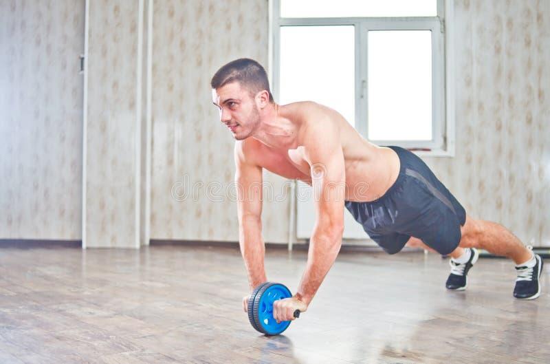 英俊的运动员锻炼 库存照片