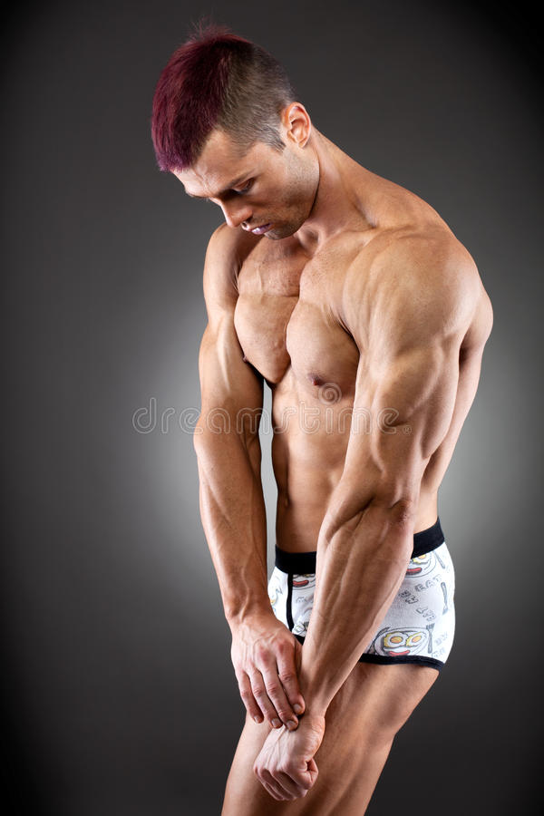 英俊的适应和肌肉人 库存照片