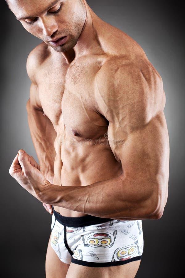 英俊的适应和肌肉人 库存图片