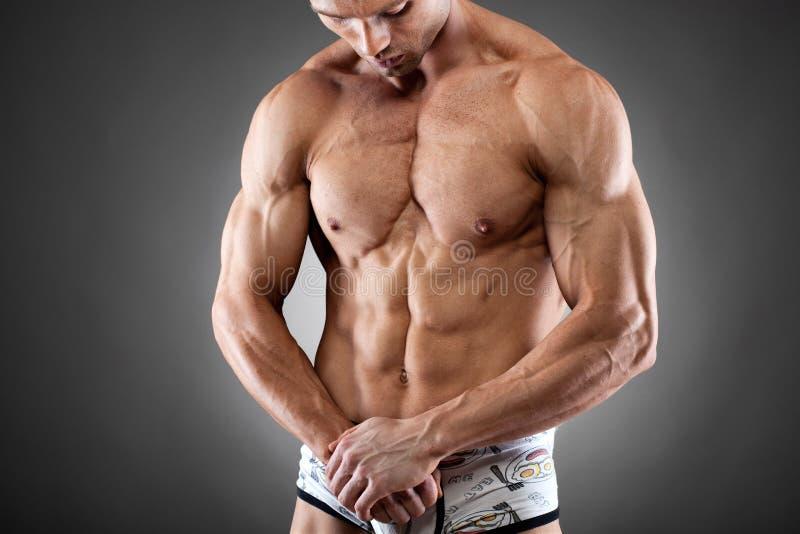 英俊的适应和肌肉人 免版税库存照片