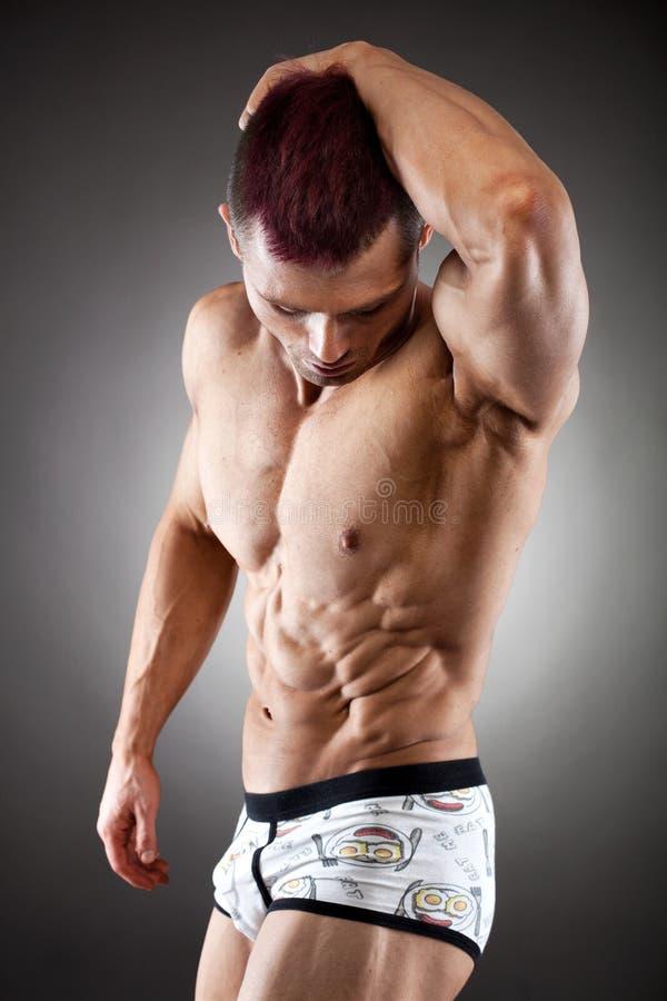 英俊的适应和肌肉人 图库摄影