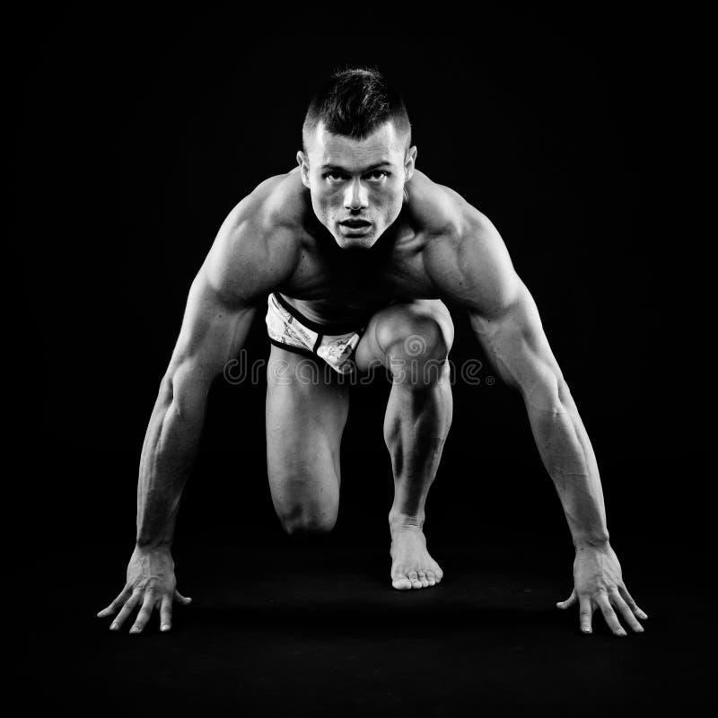 英俊的适应和肌肉人 免版税库存图片