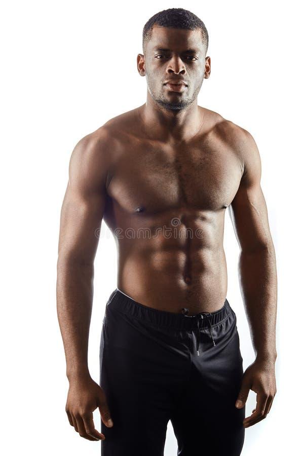 英俊的非洲的拳击手有休息在训练以后 库存图片