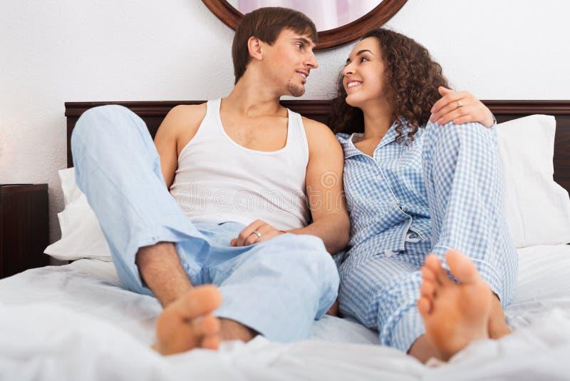 英俊的年轻丈夫和微笑的妻子谈话 免版税库存图片