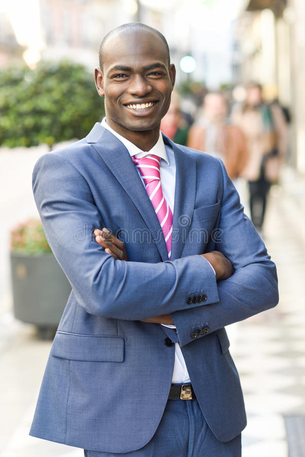 英俊的黑人佩带的衣服在都市背景中 免版税库存图片