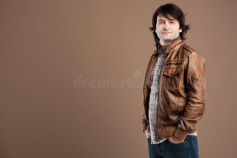 Download 英俊的年轻人 库存照片. 图片 包括有 投反对票, 背包, 偶然, 皮革, 现代, 颜色, 有吸引力的, 男性 - 30335914