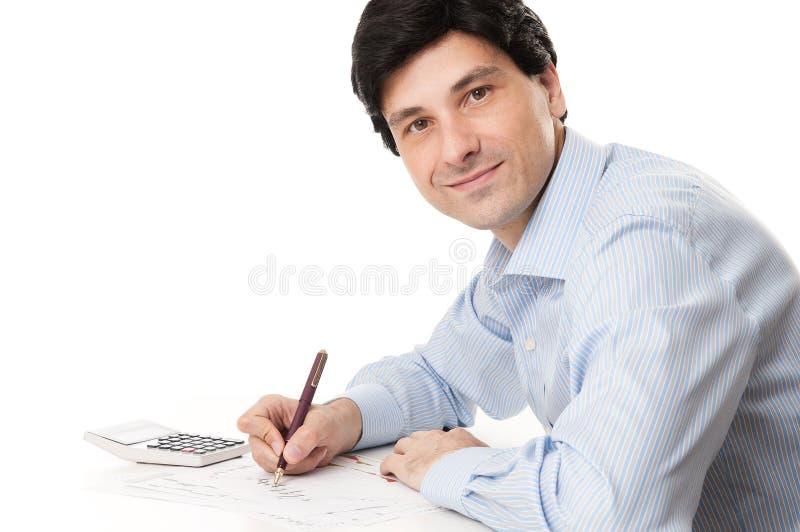 英俊的年轻商人计算的财务在办公室 图库摄影